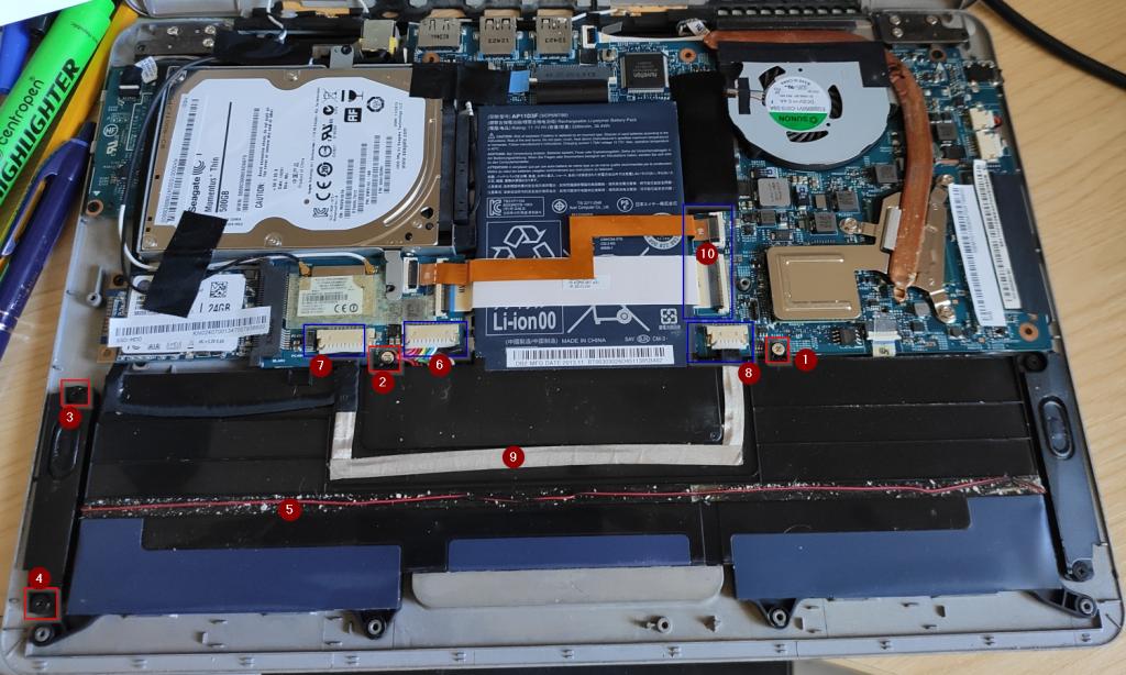 Naznačený postup při odpojení kabelů pro výměnu baterie Acer S3