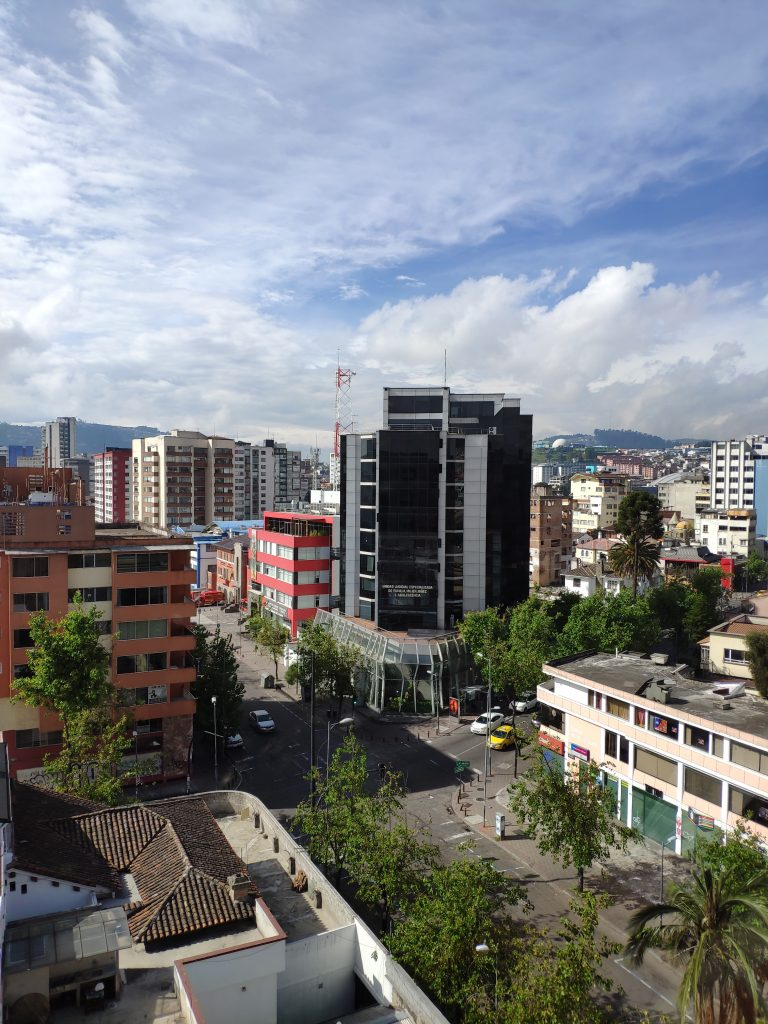 Pohled z okna hotelu Reina Izabel v Quitu (2019)